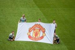 Enfants tenant la bannière de Manchester United Photographie stock libre de droits