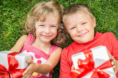 Enfants tenant le cadeau Images libres de droits