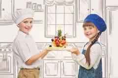 Enfants tenant le casse-croûte de fruit de forme d'arbre Photo stock