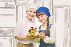 Enfants tenant le casse-croûte de fruit de forme de hérisson Photographie stock libre de droits