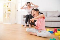 Enfants tenant le contrôleur jouant des jeux vidéo Photographie stock