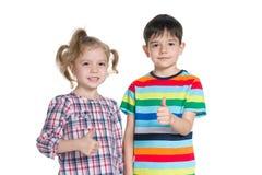 Enfants tenant leurs pouces  Images libres de droits