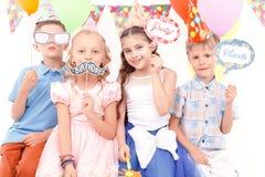 Enfants tenant peu d'étiquettes d'anniversaire image stock