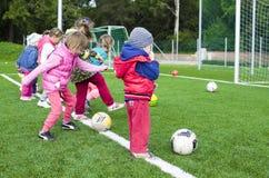Enfants tirant sur la station du football Image stock