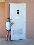 Enfants : Toilette publique photos stock