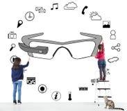 Enfants traçant un diagramme portable d'applications en verre photos libres de droits