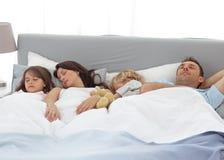 Enfants tranquilles dormant avec leurs parents Images libres de droits