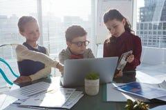 Enfants travaillant dans le bureau Images stock