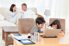 Enfants travaillant sur leur ordinateur portatif Image libre de droits