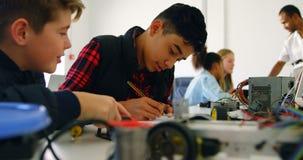 Enfants travaillant sur un projet dans l'institut de formation 4k banque de vidéos