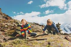Enfants trimardant en montagnes Photos stock