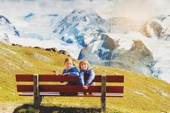 Enfants trimardant en montagnes Photographie stock libre de droits