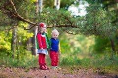 Enfants trimardant en parc d'automne Images libres de droits