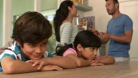 Enfants tristes écoutant leur argumentation de parents clips vidéos