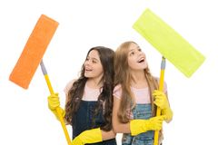 Enfants utiles nettoyant ensemble Filles avec les gants protecteurs et balais pr?ts pour le nettoyage Fonctions de m?nage soeurs photographie stock libre de droits