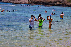 Enfants utilisant la vitesse snorkling, plages de baie de Hanauma, Hawaï Photos libres de droits
