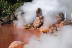 (Enfer d'étang de sang) un de la source thermale de neuf enfers brûlants (sur le sénateur) à Beppu, Oita, Japon en automne Image stock