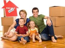 enferme dans une boîte la famille de carton heureuse Photos stock
