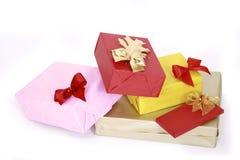 enferme dans une boîte le blanc d'isolement par cadeau Photos stock