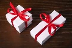 enferme dans une boîte le blanc du cadeau deux Image libre de droits