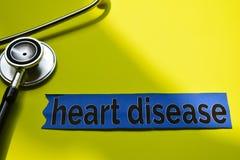 Enfermedad cardíaca del primer con la inspiración del concepto del estetoscopio en fondo amarillo fotografía de archivo