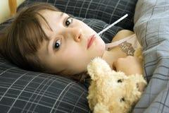 Enfermedad de la chica joven en cama Foto de archivo