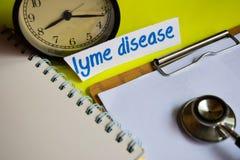 Enfermedad de Lyme en la inspiración del concepto de la atención sanitaria en fondo amarillo imagen de archivo libre de regalías