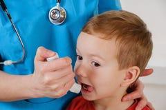 Enfermedad del sistema respiratorio, niño triste con el inhalador Fotografía de archivo