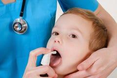 Enfermedad del sistema respiratorio, niño triste con el inhalador Fotografía de archivo libre de regalías