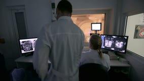 Enfermeira adulta meados de que prepara o paciente para o teste da varredura do CT no hospital vídeos de arquivo