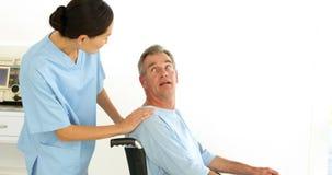 Enfermeira amigável que fala com paciente deficiente video estoque