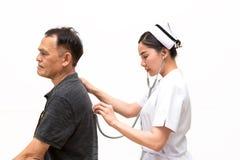 A enfermeira asiática escuta o som paciente idoso da respiração do ` s com Stetho Fotos de Stock Royalty Free