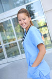 Enfermeira bonita da mulher no hospital foto de stock royalty free