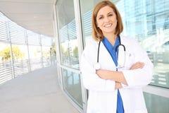 Enfermeira bonita da mulher no hospital Fotografia de Stock
