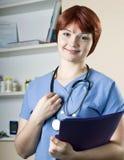 Enfermeira bonita nova da mulher no hospital Foto de Stock
