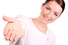 Enfermeira bonita que oferece dois comprimidos Imagens de Stock