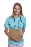 Enfermeira caucasiano de riso com arquivo médico fotos de stock