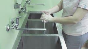 A enfermeira cirúrgica que lava suas mãos video estoque
