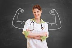 Enfermeira com músculos do giz fotos de stock