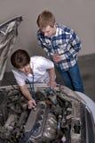 A enfermeira dá a motor de automóveis uma verificação acima Imagem de Stock