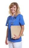 Enfermeira de riso com cabelo louro e arquivo imagem de stock royalty free