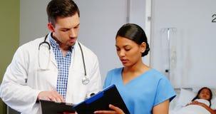 Enfermeira e doutor que discutem sobre a prancheta filme