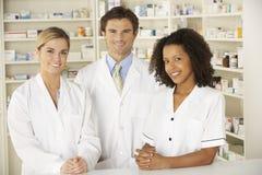 Enfermeira e farmacêuticos que trabalham na farmácia imagens de stock