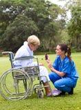 Enfermeira e paciente fêmeas Fotografia de Stock Royalty Free