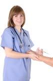 Enfermeira e seringa dos jovens Imagens de Stock Royalty Free