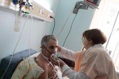 Máscara de oxigénio do ajuste da enfermeira Foto de Stock Royalty Free