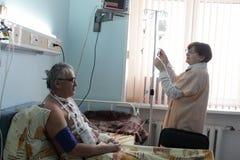 Conta-gotas da fixação da enfermeira fotografia de stock royalty free