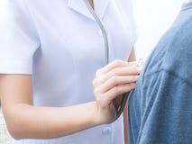 A enfermeira está verificando o pulso da paciência para ver se há a verificação médica acima fotografia de stock royalty free