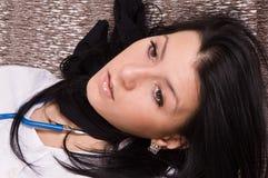 Enfermeira estrangulada no sofá (de imitação) Fotografia de Stock