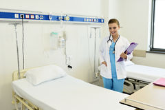 Enfermeira fêmea atrativa nova do doutor fotos de stock